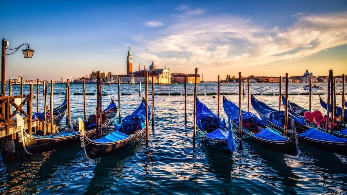 Venice_gondolas_sunset-1175254_0